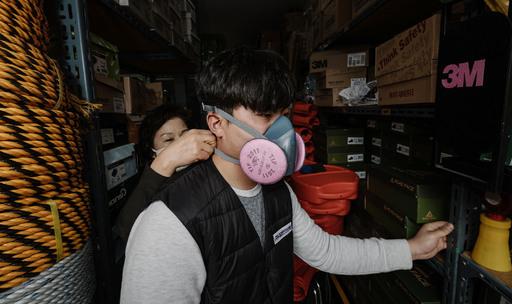 코로나19 확산 여파로 방역용품 수요가 급증하는 가운데 1일 서울 청계천의 안전용품 판매점을 찾은 한 시민이 산업용 마스크를 착용해보고 있다. 하상윤 기자