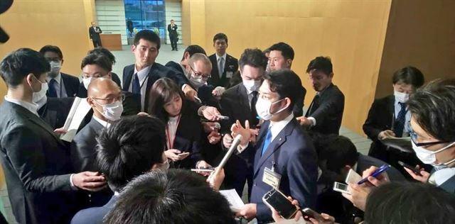 아베 신조 일본 총리와의 회담을 마친 스즈키 나오미치 홋카이도지사가 취재진들과 인터뷰를 하고 있다. 스즈키 지사 SNS