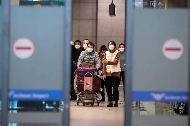 ⓒ시사IN 이명익1월28일 인천국제공항에 도착한 외국인 관광객들이 마스크를 쓰고 입국장을 빠져 나오고 있다.