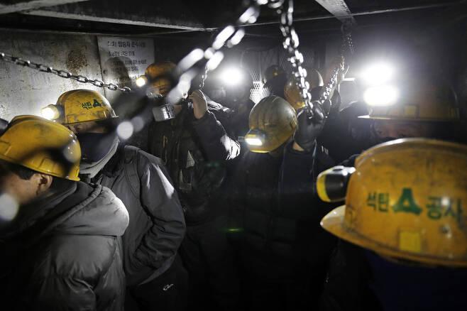 광부들이 지난달 25일 오후 강원도 태백 대한석탄공사 장성광업소 '수3 크로스' 막장에서 수직 엘리베이터를 타고 외부로 나가고 있다.
