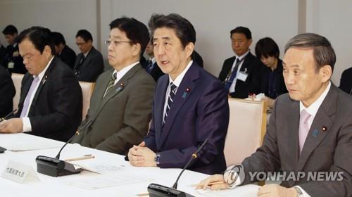 (도쿄 교도=연합뉴스) 아베 신조 총리가 5일 관저에서 열린 코로나19 대책본부 회의에서 발언하고 있다.