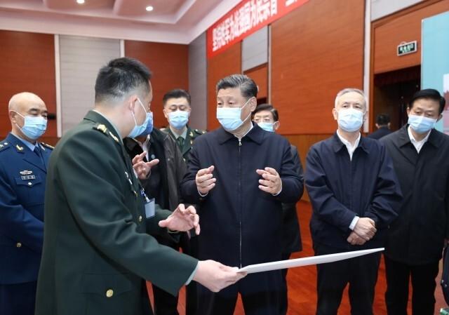 시진핑 중국 국가주석이 3월2일 베이징 군사의학연구원을 찾아 바이러스 검출 연구 등에 대한 이야기를 듣고 있다. 연합뉴스