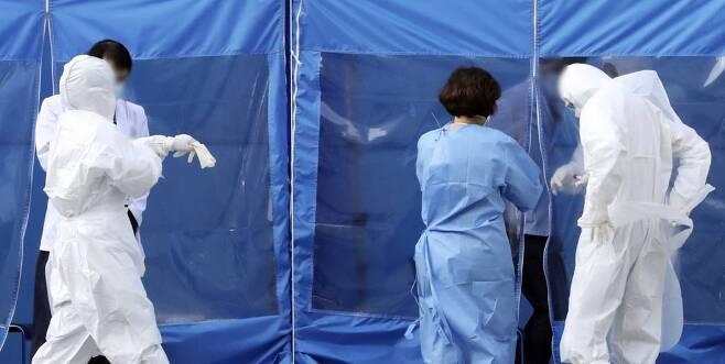 6일 오전 간호사, 간호조무사, 입원 환자 등 8명이 신종 코로나바이러스 감염증(코로나19) 확진 판정을 받은 경기 성남 분당제생병원 선별진료소에서 의료진들이 검체 채취를 위해 이동하고 있다. 2020.03.06. 뉴시스