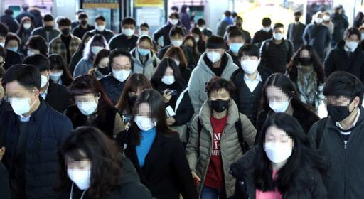 구로 콜센터 코로나19 확진자가 90명을 넘은 11일 오전 시민들이 마스크를 쓴 채 서울 구로구 신도림역을 통해 출근하고 있다.
