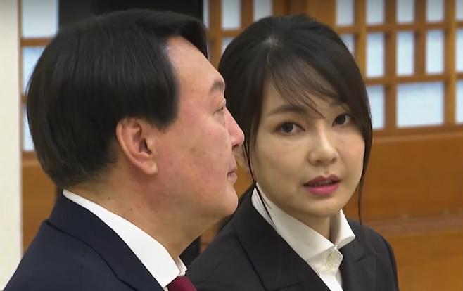 ▲ 윤석열 총장의 아내 김건희 씨. 뉴스타파는 김 씨가 도이치모터스 주가 조작 의혹과 관련한 경찰의 내사 보고서에 등장한다는 사실을 보도한 바 있다. 이번에는 김 씨가 자신의 모친과 관련된 여러 사건에 깊이 개입한 정황이 포착되었다.