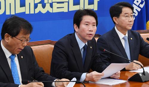 더불어민주당 이인영 원내대표(가운데)가 12일 서울 여의도 국회에서 정책조정회의를 갖고 모두발언을 하고 있다. 허정호 선임기자