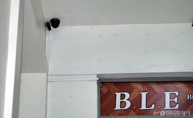 광주시 보건당국과 경찰이 코로나19 확진판정을 받은 신천지 광주교회 신도들과 접촉자를 파악하기 위해 지난달 24일 오후 광주 남구 백운동 신천지 공부방의 CCTV(폐쇄회로화면) 확인에 나섰다. /사진=뉴스1