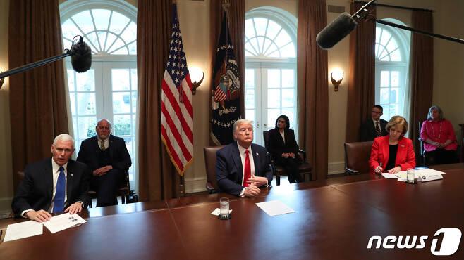 도널드 트럼프 미국 대통령이 18일(현지시간) 워싱턴 백악관에서 간호사 대표들과 만나 코로나19 대책을 논의하고 있다. © 로이터=뉴스1 © News1 우동명 기자