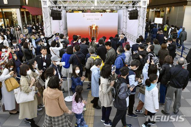 [센다이=AP/뉴시스]21일 일본 미야기현 센다이에서 2020 도쿄올림픽 성화가 일반에 공개돼 성화를 보려는 주민들이 몰려들고 있다. 2020.03.21.