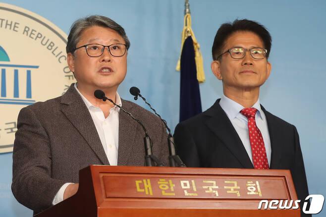 """지난 4일 박근혜 전 대통령 옥중 메시지에 대해 의견을 밝히고 있는 조원진(왼쪽), 김문수 자유공화당 공동대표. 김 공동대표는  22일 """"노선 차이로 탈당했다""""며 앞으로 백의종군하겠다고 알렸다. © News1 임세영 기자"""