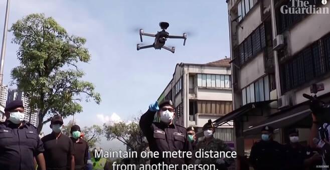 스페인 경찰이 드론을 이용해 거리에 나온 주민들을 집으로 돌려보내고 있다.  |가디언 유튜브 갈무리