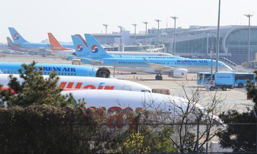 지난 24일 오전 제주국제공항에 항공기들이 서 있다. 연합뉴스