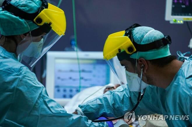 25일 중환자실에서 코로나19 환자를 치료하는 벨기에 한 병원의 의료진 [AFP=연합뉴스]
