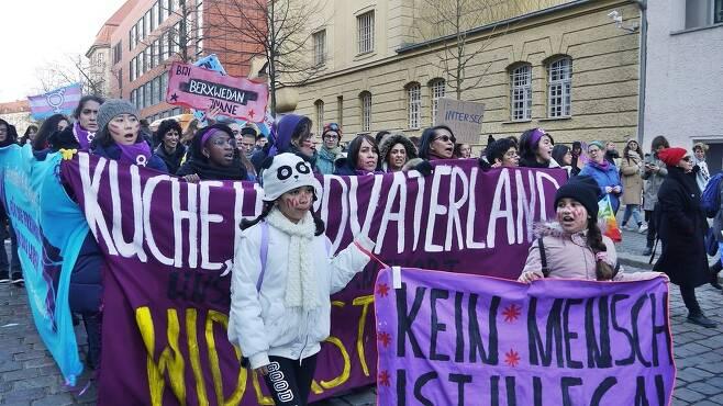 세계 50여개국에서 세계 여성의 날인 3월8일에 '여성 파업'이 벌어진다. 2019년 독일 베를린에서 열린 세계 여성의 날 집회에 참여한 베를린 지부 회원들 모습. 채혜원 제공