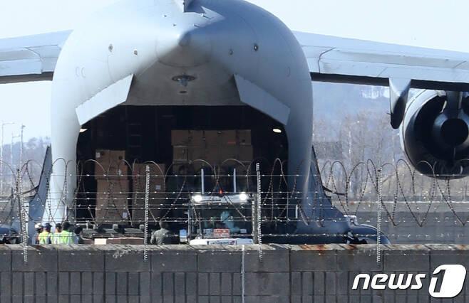 한국에 코로나19 진단키트 수출을 요청했던 루마니아가 북대서양조약기구(나토·NATO) 소속 수송기를 동원해 한국산 진단키트 수송에 나섰다.  2020.3.27/뉴스1 © News1 정진욱 기자