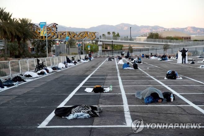 미국 라스베이거스 야외 주차장에 마련된 노숙자 임시대피소 [로이터=연합뉴스]