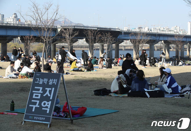 신종 코로나바이러스 감염증(코로나19) 확산이 계속되고 있는 가운데 22일 오후 서울 여의도한강공원에 그늘막 설치를 금지하는 안내뭍이 붙어 있다. 2020.3.22/뉴스1 © News1 신웅수 기자
