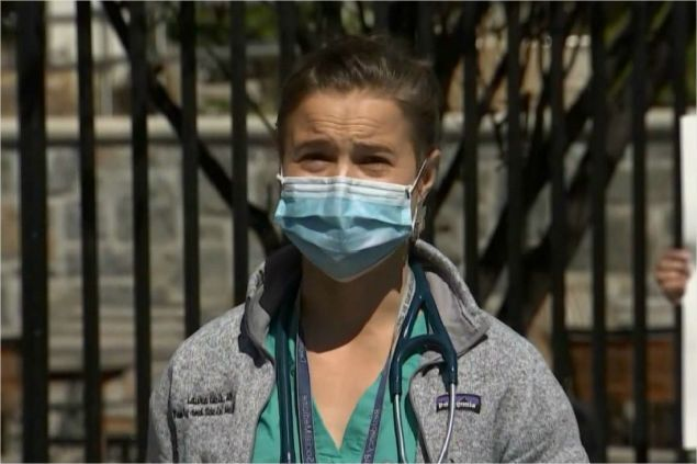 뉴욕시 간호사가 2일(현지시간) 전시법 발동을 재차 촉구하고 있다.(사진=CNN 캡처)