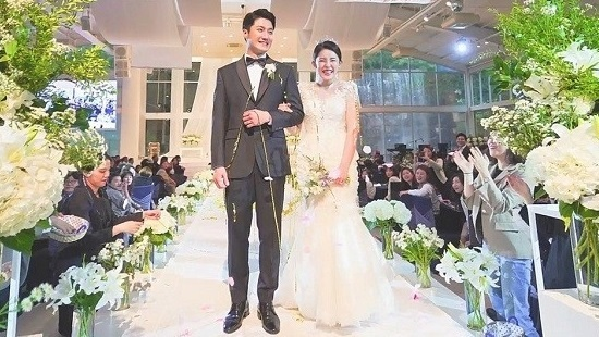 조엘라와 남편인 뮤지컬 배우 원성준은 '보이스퀸' 첫 녹화날 결혼했다. 서울 남산 J웨딩홀에서 식을 올린 뒤 급히 일산 고양 빛마루 스튜디오로 달려가 녹화했다. 사진 위는 결혼식 직후 가진 피로연 장면. /아츠엔터테인먼트 제공