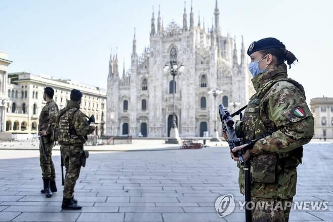 밀라노 대성당 앞 코로나19 순찰하는 이탈리아 군인 [밀라노 AP=연합뉴스]