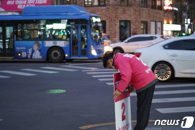 황교안 미래통합당 대표가 서울 종로 혜화동에서 유권자를 향해 인사를 하는 모습. (황교안 캠프 제공) © 뉴스1