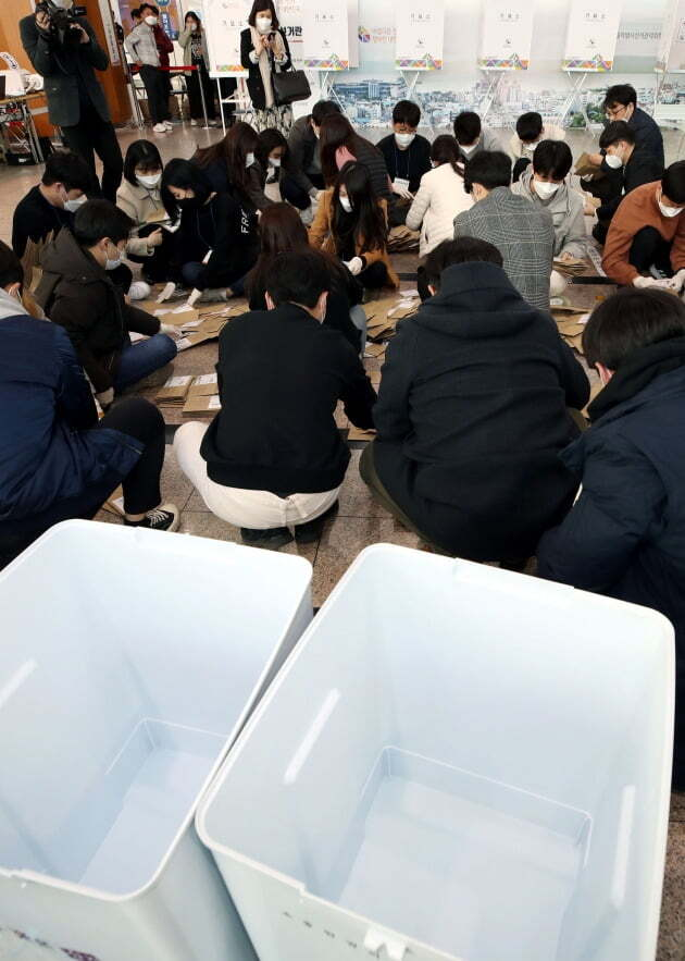 제21대 국회의원선거 사전투표가 종료된 11일 오후 서울 용산구 서울역 대합실에 마련된 남영동 사전투표소에서 투표사무원들이 관·내외 선거인 투표 봉투를 정리하고 있다.  /뉴스1