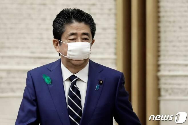아베 신조(安倍晋三) 일본 총리가 착용한 정부 배포 마스크. © AFP=뉴스1