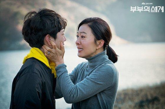 """아들 이준영(전진서)이 아빠에게 가겠다고 하자 '그럼 죽어버리겠다""""며 협박하는 모습. [사진 JTBC]"""