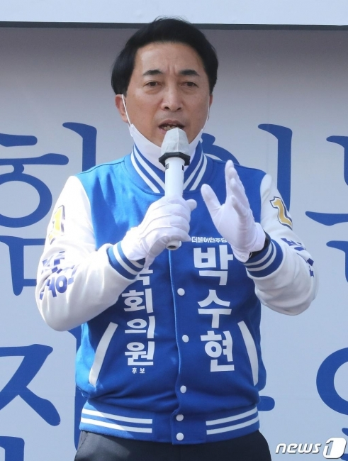 박수현 더불어민주당 공주시부여군청양군 후보가 10일 오후 충남 부여군 부여읍 성왕로 부여새시장에서 시민들에게 지지를 호소하고 있다./사진=뉴스1