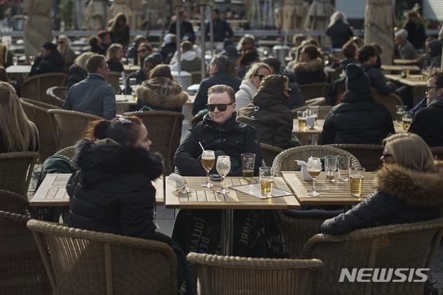 [스톡홀름=AP/뉴시스] 지난 4일(현지시간) 스웨덴 스톡홀름의 메드보리아르플라첸 역에 모인 사람들이 술과 음료 등을 마시며 얘기를 나누고 있다. 스웨덴 정부는 신종 코로나바이러스 감염증(코로나19) 확산 예방을 위해 사회적 거리 두기를 권고하고 있으나 다른 유럽 국가들과는 달리 많은 개인적 자유를 허용하고 있다. 스웨덴의 코로나19 확진자는 4일 기준 6131명, 사망자는 358명이며 사망자 절반 이상이 스톡홀름에서 나왔다. 2020.04.05.