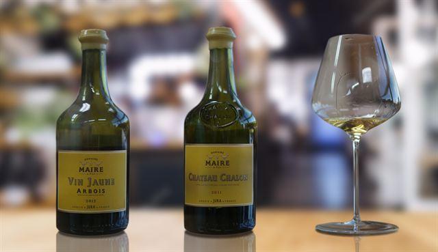 옐로우와인(Yellow Wine)으로 불리는 뱅 존(Domaine Maire & Fils, Arbois Vin Jaune과 Chateau-Chalon Vin Jaune). 지역명으로 나뛰레(Nature)라 불리는 사바냉 품종 100%로 만든다. 620㎖ 클라블랭(Clavelin) 병에 담긴다. 한독와인 이승현 제공