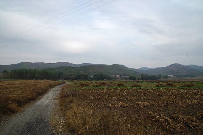 안시성으로 비정되는 중국 요령성 해성시 영성자산성 : 사진 오른쪽 포곡의 산세가 산성이다. /사진=필자
