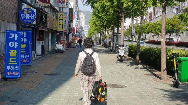 최말자씨가 지난달 30일 부산여성의전화 사무실에서 <한겨레> 인터뷰를 마치고 집으로 돌아가고 있다.