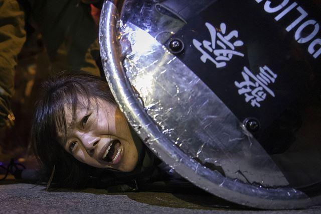 지난해 9월 홍콩에서 벌어진 반정부 시위 도중 경찰에 붙잡힌 시위대. 2020 퓰리처상 브레이킹 뉴스 사진(Breaking News Photography) 부문 수상작 중 한 장면. 로이터 연합뉴스