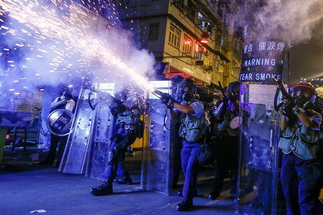 지난해 8월 홍콩에서 벌어진 시위 도중 시위대에 최루탄을 쏘는 경찰. 2020 퓰리처상 브레이킹 뉴스 사진(Breaking News Photography) 부문 수상작 중 한 장면. 로이터 연합뉴스
