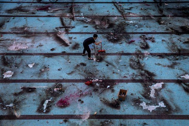 지난해 11월 반정부 시위가 끝난 후 홍콩의 거리 풍경. 2020 퓰리처상 브레이킹 뉴스 사진(Breaking News Photography) 부문 수상작 중 한 장면. 로이터 연합뉴스