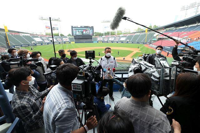 차명석 LG 단장이 5일 오후 서울 송파구 잠실야구장에서 2020 KBO리그 두산 베어스와 LG 트윈스의 무관중 개막 경기에 앞서 NHK, CCTV 등 외신 기자들을 비롯한 취재진의 질문에 답하고 있다. 뉴시스