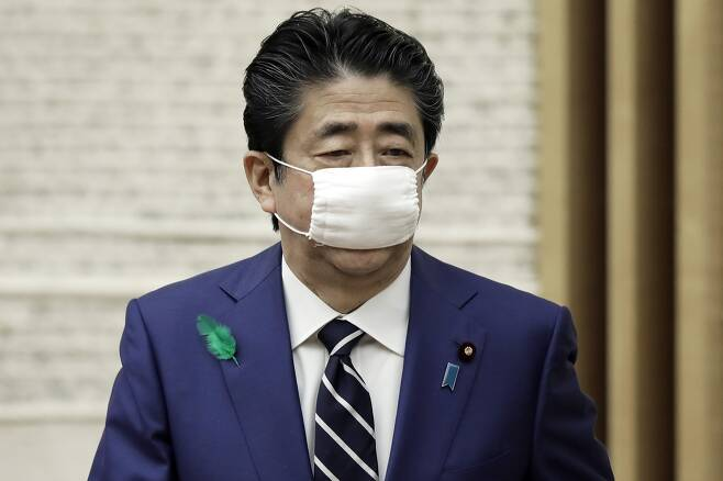 아베 신조 일본 총리가 17일 마스크를 쓴 채 총리공관 브리핑룸을 떠나고 있다. 2020.4.17. AP 연합뉴스