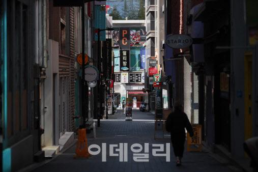 이태원 클럽발 코로나19 집단감염 사태 영향으로 서울 중구 명동 일대가 줄어든 손님들로 인해 한산한 모습이다.(사진=이데일리 노진환 기자)