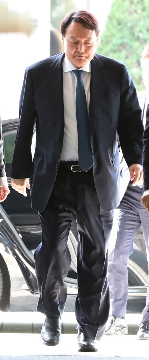 윤석열 검찰총장이 지난달 25일 인천 영종도에서 열린 제29차 마약류퇴치국제협력회의에 참석하기 위해 행사장인 파라다이스시티호텔로 들어서고 있다. 인천/김정효 기자 hyopd@hani.co.kr