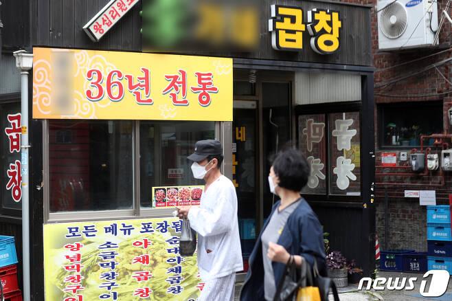 '이태원 클럽발' 신종 코로나 바이러스 감염증(코로나19) 지역 확산이 이어지고 있는 26일 오후 확진자가 방문한 서울 성동구의 한 식당 문이 닫혀있다. 이날 낮 12시 기준 이태원 관련 누적 확진자기 255명으로 늘었다. 하루 전 같은 시간에 비해 18명이 늘었으며, 7차 감염 확진자도 등장했다. 2020.5.26/뉴스1 © News1 황기선 기자