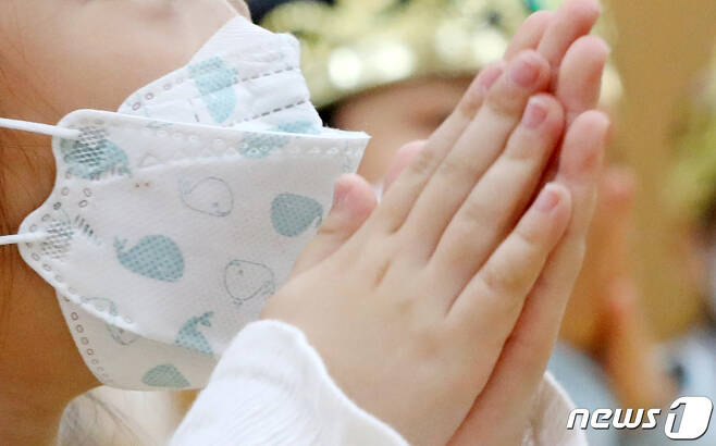 27일 경기 수원 한 초등학교에서 마스크를 쓴 1학년 학생들이 손 씻기 교육을 받고 있다. /뉴스1 © News1 조태형 기자