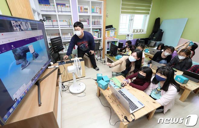 KT가 전국 31개 지역아동센터의 긴급 돌봄 아동을 대상으로 '비대면 ICT 체험 교육'을 진행한다고 20일 밝혔다. (KT 제공) 2020.5.20/뉴스1