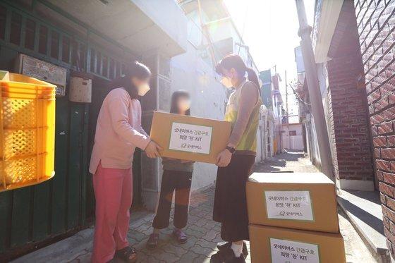 지난 3월 굿네이버스 직원들이 코로나19로 어려움을 겪고있는 대구·경북의 취약계층 가정에 식료품이 담긴 희망찬 키트를 전달하는 모습. [사진 굿네이버스]