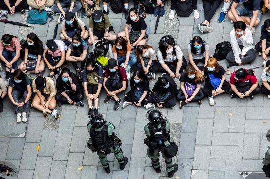 (홍콩 AFP=연합뉴스) 홍콩 입법회(의회)가 중국 국가 모독 행위를 처벌하는 법안을 심의하고 있는 가운데 경찰이 27일 코즈웨이 베이 지구에서 벌어진 시위를 진압하고 일부 참가자들을 붙들어 두고 있다.