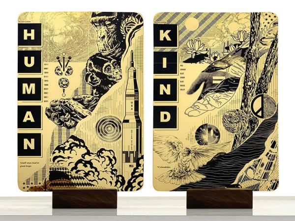 /스페이스X 'Human Kind'의 앞면과 뒷면. 충격에 강한 금 위에 그림과 문장을 인쇄했다.