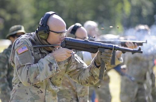 미 특수전요원이 MP40 기관단총으로 사격훈련을 하고 있다. MP40은 제2차 세계대전 당시 독일군이 사용했다. 미 육군 제공