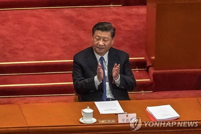 홍콩보안법 통과 후 박수치는 시진핑 중국 국가주석[EPA=연합뉴스 자료사진]