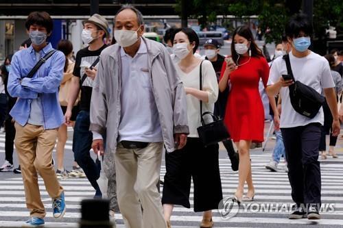 (도쿄 AFP=연합뉴스) 31일 일본 도쿄도(東京都)에서 마스크를 쓴 사람들이 횡단보도를 건너고 있다. 일본 정부의 신종 코로나바이러스 감염증(코로나19) 대응이 미숙하다는 지적이 나오는 가운데 아베 신조(安倍晋三) 내각의 지지율은 하락했다. 2020.5.31