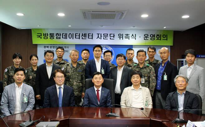 국방통합데이터센터 제3기 자문위원단이 위촉식과 1차 회의를 마치고 기념촬영했다. 국방통합데이터센터 제공